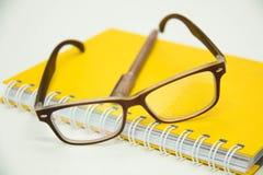 文字笔准备好采取关于笔记本纸玻璃的笔记 库存照片