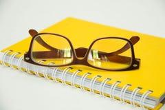 文字笔准备好采取关于笔记本纸glasse的笔记 库存照片
