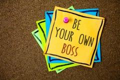 文字笔记显示是您自己的上司 企业照片陈列的起动公司做自由职业者的工作企业家起动投资纸 免版税库存图片