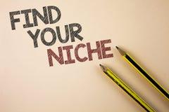 文字笔记陈列发现您的适当位置 企业照片陈列的查寻您的领域决定在Pla写的挑选教育工作 免版税库存照片