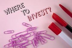 文字笔记陈列在哪里投资问题 陈列正确的地方股票份额的企业照片花费您的在写的储款 图库摄影