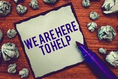 文字笔记陈列我们在这里帮助 陈列总是准备协助支持的人的企业照片给 免版税图库摄影