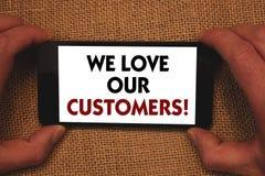 文字笔记陈列我们爱我们的顾客电话 企业照片陈列的客户该当好服务满意尊敬人 免版税图库摄影