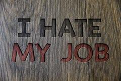 文字笔记陈列我恨我的工作 陈列企业的照片恨您的烦恶您的公司坏事业木木头的位置 免版税库存图片