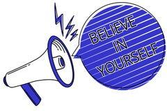 文字笔记陈列相信你自己 企业照片陈列鼓励某人自信刺激行情的剧本 免版税库存照片