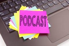 文字Podcast在办公室特写镜头做的文本在便携式计算机键盘 互联网广播概念的W企业概念 图库摄影