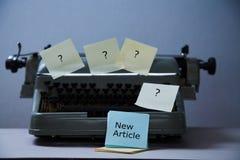 文学、作者和作家、文字和新闻事业或者新闻工作者概念:有贴纸和题字的打字机 免版税图库摄影