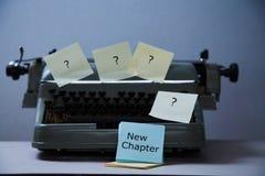 文学、作者和作家、文字和新闻事业或者新闻工作者概念:有贴纸和题字的打字机 库存图片