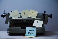 文学、作者和作家、文字和新闻事业或者新闻工作者概念:有贴纸和题字的打字机 免版税库存照片