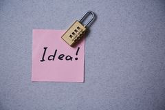 文学、作者和作家、文字和新闻事业或者新闻工作者概念:贴纸有题字想法和锁 免版税库存图片