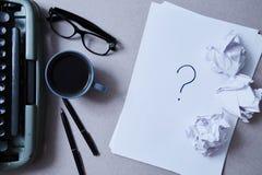 文学、作者和作家、文字和新闻事业概念:打字机、咖啡和玻璃和纸 免版税库存照片