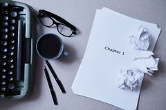 文学、作者和作家、文字和新闻事业概念:打字机、咖啡和玻璃和纸 免版税图库摄影