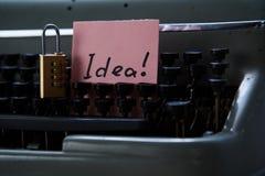 文学、作者和作家、文字和新闻事业概念:打字机有在贴纸和锁的tinscription想法 库存照片