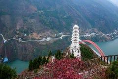 文山县,重庆文峰俯视巫山长江桥梁和巫山县的森林公园 免版税库存照片