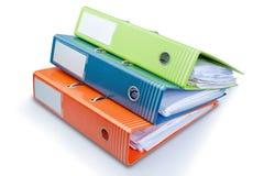 文教用品在表的办公室文件夹与纸张。 图库摄影