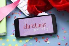 文本办公室在智能手机的圣诞晚会 免版税库存照片