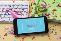 文本办公室在智能手机的节日晚会 免版税库存照片
