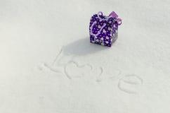 文本和礼物在雪 免版税图库摄影