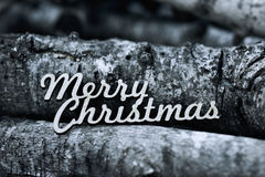 文本圣诞快乐和堆日志 库存图片