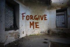 文本在肮脏的老墙壁上原谅我在一个被放弃的房子里 库存图片