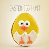 文本复活节彩蛋狩猎和小鸡在鸡蛋 免版税库存照片