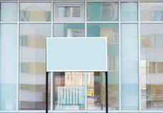 文本广告的空白的标志广告牌在街道上在玻璃大厦的背景中与反射的, 库存图片