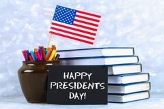 文本愉快的总统天和美国的旗子 库存照片