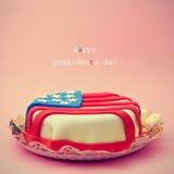 文本愉快的总统Day和蛋糕装饰与旗子  免版税库存照片