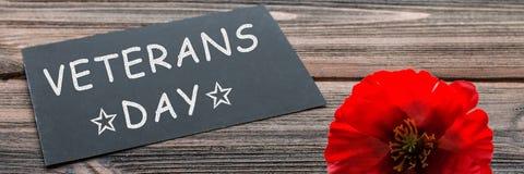 文本感谢您在黑板和红色鸦片写的退伍军人在土气木背景 钞票 免版税图库摄影