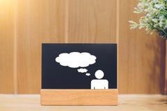 文本或想法的人和云彩象在一个黑板有木背景 库存照片