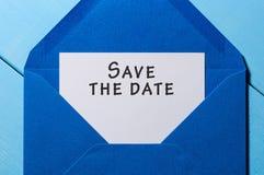 文本救球在白皮书的日期在蓝色信封 到达天空的企业概念金黄回归键所有权 免版税库存照片