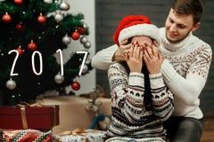 2017文本标志在愉快的家庭夫妇的新年数字,英俊 免版税库存图片