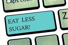 文本标志显示吃较少糖 吃甜点糖尿病控制节食的键盘键的概念性照片减少 库存例证