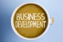 文本标志演艺界发展 概念性照片开发并且实施组织在咖啡写的成长机会 免版税库存照片