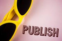 文本标志陈列出版 概念性照片使有用的资料对人发布在简单的桃红色bac写的一个书面产品 免版税库存照片