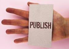 文本标志陈列出版 概念性照片使有用的资料对人发布在纸板写的一个书面产品Piec 库存图片