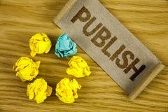文本标志陈列出版 概念性照片使有用的资料对人发布在被折叠的Cardboa写的一个书面产品 免版税库存图片