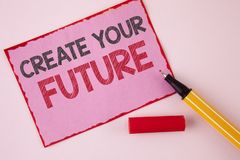 文本标志陈列创造您的未来 概念性在桃红色稠粘写的照片事业目标目标改善集合计划学会 免版税库存照片