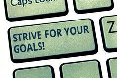 文本标志陈列力争您的目标 为您的成功刺激的概念性照片战斗采取行动键盘键 图库摄影