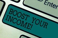 文本标志陈列助力您的收入 概念性照片改进您的付款做自由职业者的兼职改进键盘 免版税库存图片