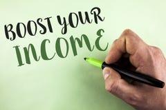 文本标志陈列助力您的收入 概念性照片改进您的付款做自由职业者的半日工作人holdin写的Improve 库存图片