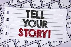 文本标志陈列告诉您的故事诱导电话 概念性照片份额您的经验刺激在笔记本写的世界pap 免版税图库摄影