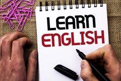 文本标志陈列学会英语 概念性照片研究另一种语言学会事人举行写的外国通信 免版税库存照片