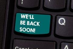 文本标志陈列我们Ll很快回来 采取短小的概念性照片回来在一些的打开工作键盘 免版税库存照片