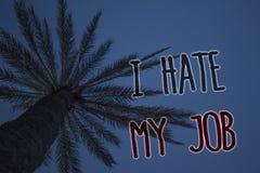 文本标志陈列我恨我的工作 恨您的位置的概念性照片烦恶您的公司坏事业树棕榈天蓝色natura 库存图片