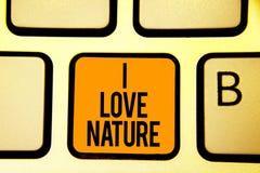 文本标志陈列我爱自然 概念性照片享受自然环境保存保护生态系键盘桔子钥匙 免版税库存照片