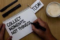 文本标志陈列收集片刻,不是事 概念性照片幸福哲学享受纸夹保留命令的简单的生活事实 免版税库存照片