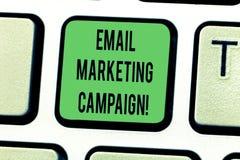 文本标志陈列电子邮件市场活动 概念性照片电子邮件被送到一个潜在或当前顾客键盘键 免版税库存照片