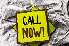 文本标志陈列电话现在 在被堆积的棍子写的概念性照片联络谈话闲谈热线支持电话顾客服务 库存照片