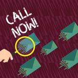 文本标志陈列电话现在 概念性照片宣布宣告或宣称它要求某人保持联系放大镜 皇族释放例证
